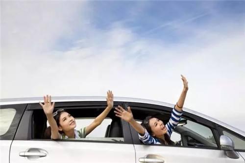 为什么高速路上千万不能开同侧车窗?